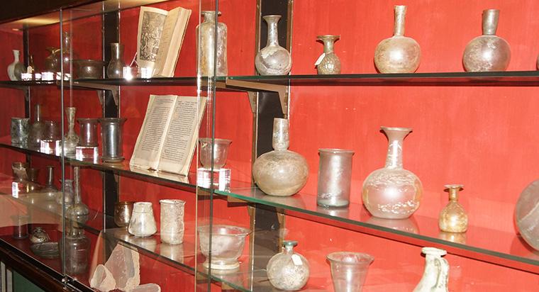 In den Vitrinen sieht man eine der besten Privatsammlungen von römischem Glas aus der Zeit von 150 bis 350 n. Chr.